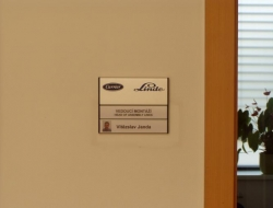 Linde - dveřní cedulka (hliníková cedulka indoor)