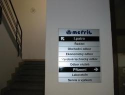 Mefrit - patrová cedule (hliníkový systém Cosign Indoor)